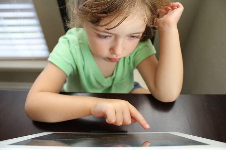 ילדה משתמשת בטאבלט, למידה עצמאית