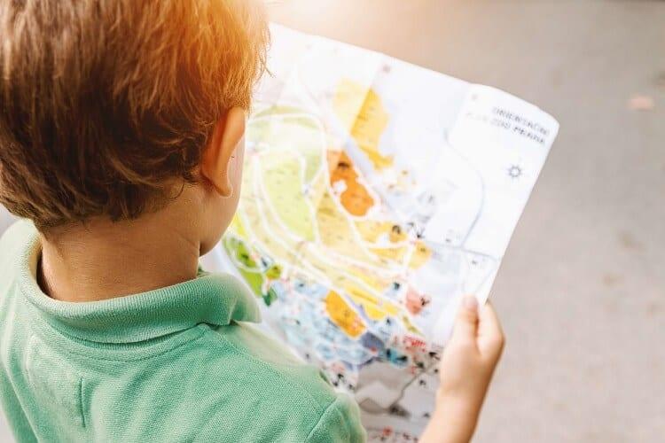 ילד מסתכל במפה