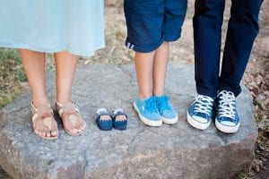 ארבעה זוגות נעלים שונים, של אבא אמא ושני ילדים