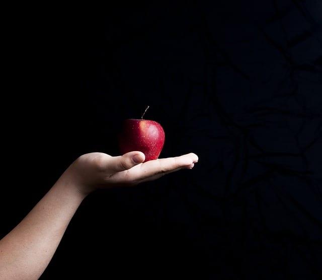 תפוח אדום על כף יד
