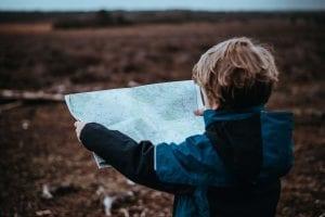 התלבטויות ובחירת דרך: ילד קורא במפת דרכים