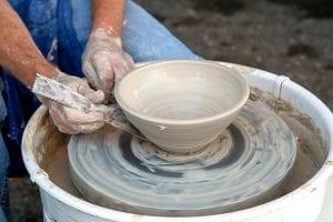 אמן קרמיקה עובד על אבניים