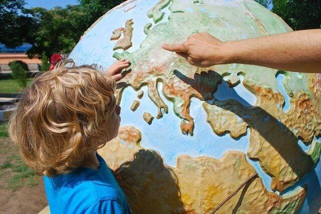 ילד לומד על כדור הארץ