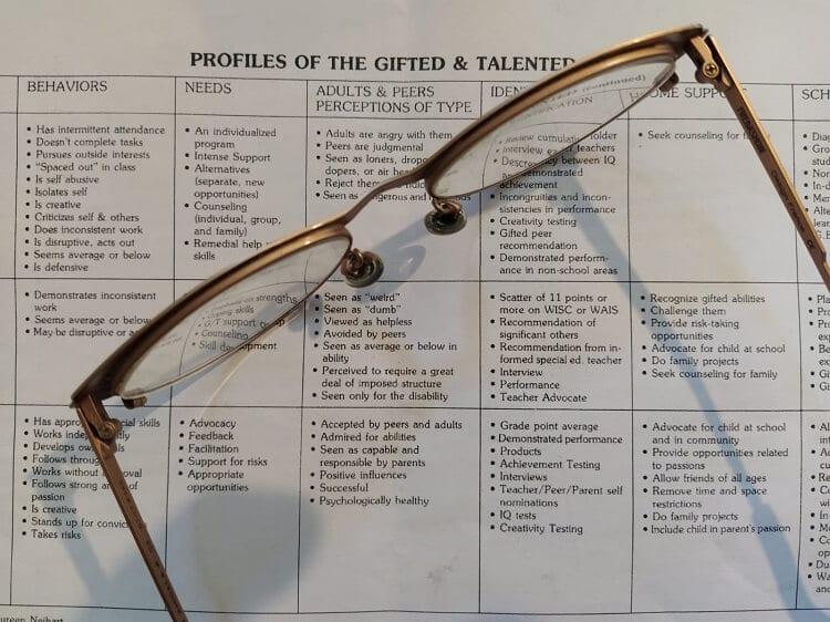 משקפיים על מאמר