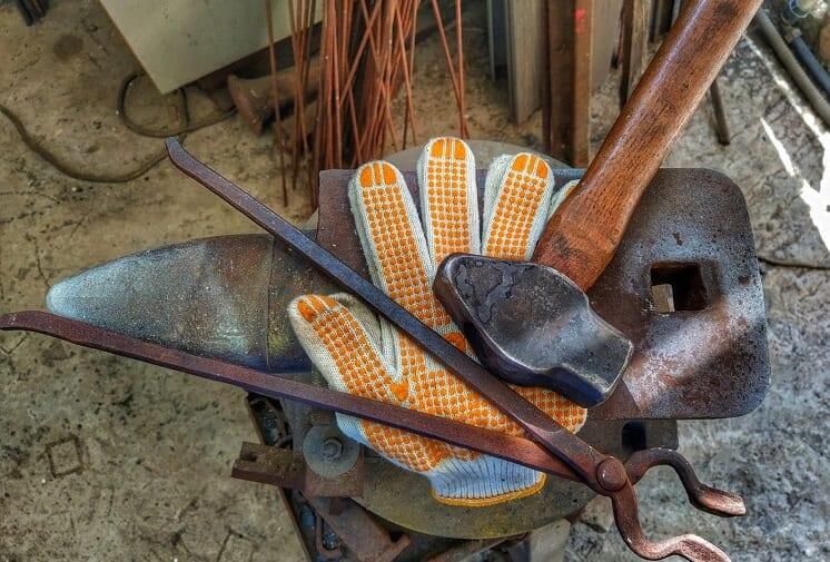 הכנה לסדנת נפחות: סדן, כלים וכפפות