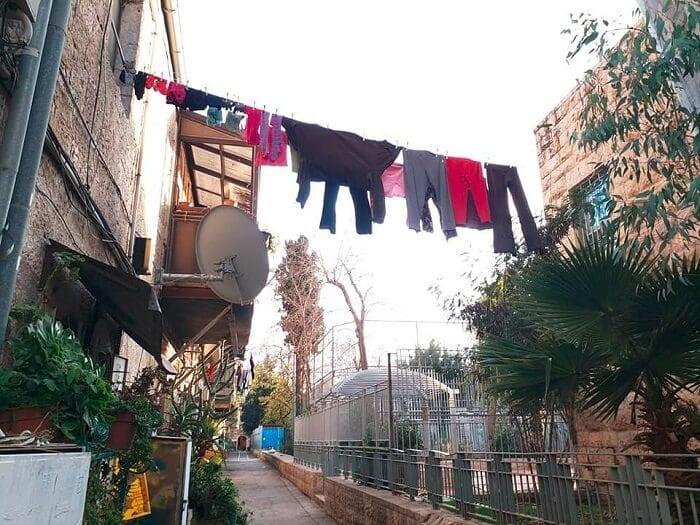 כביסה תלויה בשכונת נחלאות