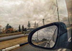 צילום השתקפות במראה השמאלית של הרכב