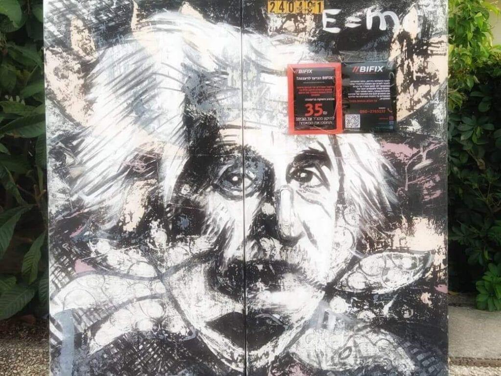 ציור של איינשטיין על ארון חשמל ברחוב אחוזה ברעננה