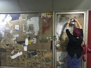 אני מצלמת עיתונים ישנים בחזית חנות נטושה