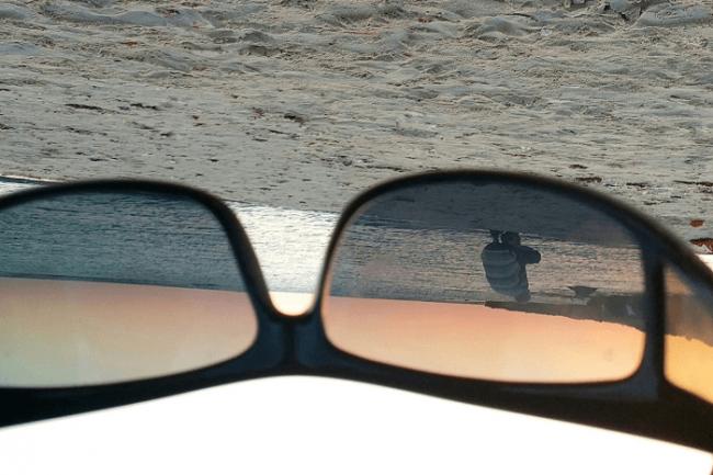 מצלמת איש על החוף, דרך משקפי שמש הפוכים